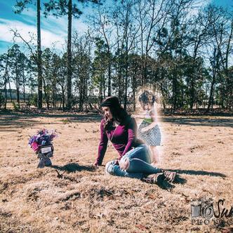 Jeanie Ditty se hizo un foto estudio al lado de la tumba de su hija. | Foto: Buzzfeed