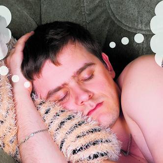 Decir que un hombre piensa en sexo 500 veces por hora es una exageración, sin embargo, tanto hombres como mujeres ocupan a diario pensamientos relacionados con actividades sexuales | Shutterstock