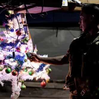 Guerrilleros del Frente 59 de las FARC, mientras se preparan para celebrar el fin de año en su campamento en las estimaciones de la Serranía del Perijá al norte de Colombia | EFE - RICARDO MALDONADO ROZO