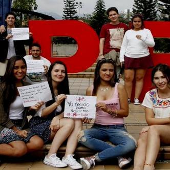 Estudiantes de la Universidad Pontificia Bolivariana protestando en contra de la guía de vestimenta.