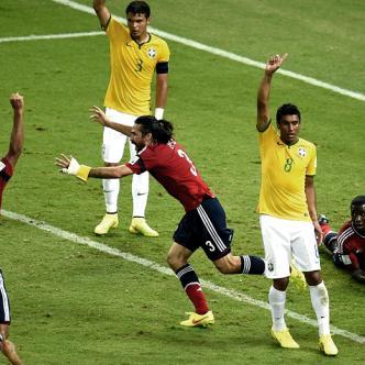 Tal vez la jugada más reclamada en la historia del fútbol colombiano sea esta. El 'gol' de Yepes en los cuartos de final frente a Brasil en el Mundial 2014. | GIF: ALDÍA.CO