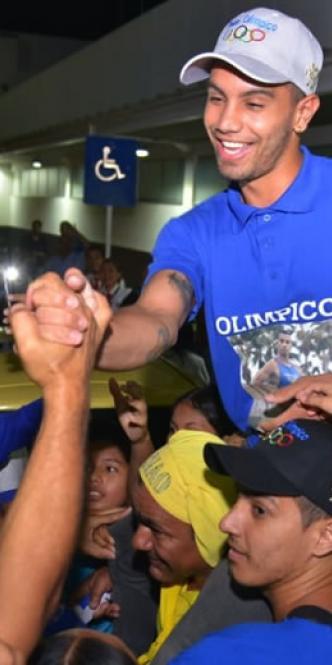 Óscar Muñoz fue recibido en Valledupar por sus familiares y amigos con una caravana.
