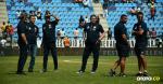 Luis Fernando Suárez con algunos integrantes de su cuerpo técnico sobre el gramado del Sierra Nevada de Santa Marta antes del inicio del juego.