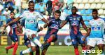 Deivy Balanta disputa un balón dentro del área de Junior ayer durante el empate 1-1 ante Unión Magdalena en el estadio Sierra Nevada de Santa Marta. Fue el regreso del clásico costeño luego de 13 años de ausencia en primera división.
