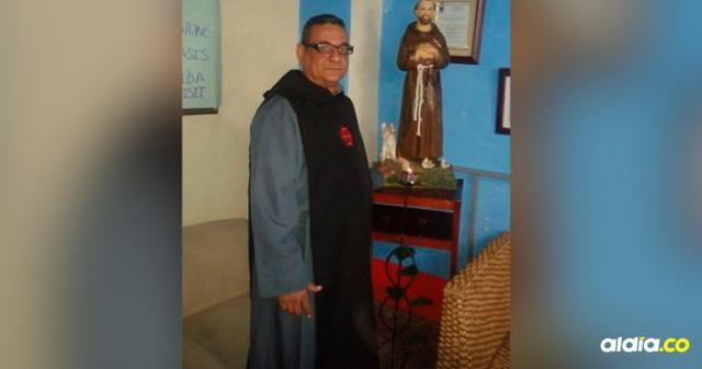 José Luis Aduen Uribe, de 46 años y oriundo de Sincelejo, posa junto a una imagen del yeso de San Francisco de Asís.
